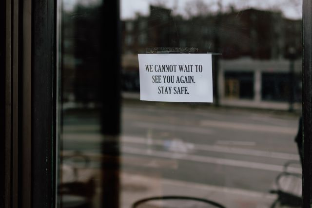 Sign on closed restaurant. Photo by Kelly Sikkema/unsplash